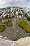Vue aérienne d'église de Hallgrimskirkja sur le centre ville et le port de Reykjavik Images libres de droits