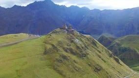 Vue aérienne d'église Trinity de Gergeti clips vidéos