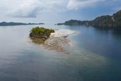 Vue aérienne d'île de chaux et de récif de entourage en Raja Ampat photo stock