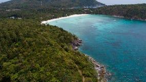 Vue aérienne d'île et de mer tropicales Images libres de droits