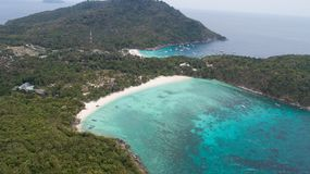 Vue aérienne d'île et de mer tropicales Photographie stock libre de droits