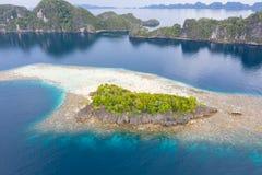 Vue aérienne d'île tropicale et de récif de entourage en Raja Ampat images libres de droits