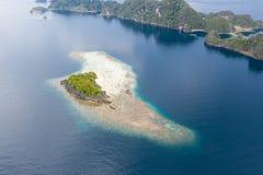 Vue aérienne d'île tropicale et de récif de entourage en Raja Ampat images stock
