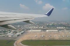Vue aérienne d'aéroport international avec le stationnement d'avion Vue Photographie stock libre de droits