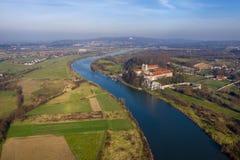 Vue aérienne d'abbaye bénédictine de Tyniec, de fleuve Vistule, de Cracovie et de bâti argenté avec le monastère d'ermite de Cama image libre de droits