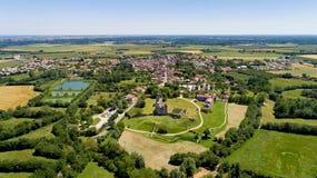 Vue aérienne d'abbaye de Maillezais dans le marais de Poitevin photos libres de droits