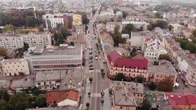 Vue aérienne d'architecture de ville de Stryi, rue, mouvement du trafic, piétons, Ukraine Tir d'un point sans banque de vidéos