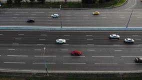 Vue aérienne d'autoroute avec la commande de voitures et de camions clips vidéos