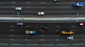 10 vue aérienne d'autoroute de dix ruelles avec beaucoup de camions et voitures passant par et conduire à l'endroit clips vidéos