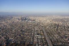 Vue aérienne d'autoroute de Santa Monica 10 et de Los Angeles du centre Photo libre de droits
