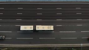 Vue aérienne d'autoroute de sept ruelles avec beaucoup de camions et voitures passant par et conduire à l'endroit banque de vidéos