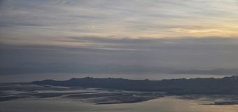 Vue a?rienne d'avion d'?le d'antilope au coucher du soleil, vue de la Magna, cloudscape de balayage au lever de soleil avec le Gr photo stock