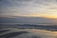 Vue a?rienne d'avion d'?le d'antilope au coucher du soleil, vue de la Magna, cloudscape de balayage au lever de soleil avec le Gr photographie stock libre de droits