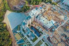 Vue aérienne d'en haut, construction des maisons modernes ou bâtiments avec des grues et d'autres véhicules industriels photos stock