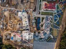 Vue aérienne d'en haut, construction des maisons modernes ou bâtiments avec des grues et d'autres véhicules industriels photo stock