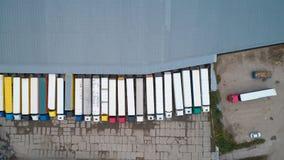 Vue aérienne d'entrepôt de marchandises La logistique centre dans la zone industrielle de ville d'en haut images stock