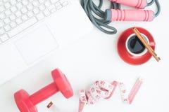 Vue aérienne d'espace de travail avec l'ordinateur portable, la tasse de café et le sport Photographie stock