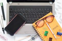 Vue aérienne d'espace de travail avec l'ordinateur portable, téléphone portable Photographie stock libre de droits