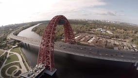 Vue aérienne d'hélicoptère de Zhivopisnyi la plupart de pont pittoresque au-dessus de rivière de Moscou clips vidéos