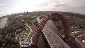 Vue aérienne d'hélicoptère de Zhivopisnyi la plupart de pont pittoresque au-dessus de rivière de Moscou banque de vidéos