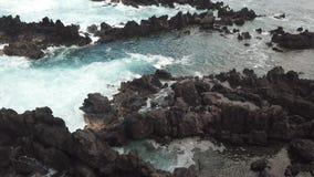 Vue aérienne d'Hawaï de littoral rocailleux banque de vidéos