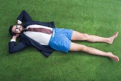 vue aérienne d'homme d'affaires dans la veste et le repos de shorts Photos libres de droits