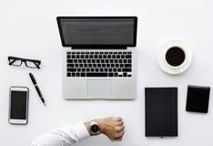 Vue aérienne d'homme d'affaires avec l'espace de travail d'ordinateur portable d'ordinateur Images libres de droits