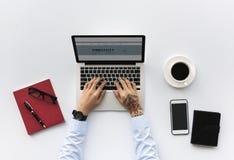 Vue aérienne d'homme d'affaires utilisant l'espace de travail d'ordinateur portable d'ordinateur Photographie stock