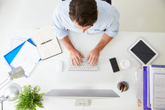 Vue aérienne d'homme d'affaires Working At Computer dans le bureau Image libre de droits