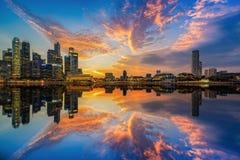 Vue aérienne d'horizon de ville de Singapour dans le lever de soleil ou le coucher du soleil Photographie stock libre de droits