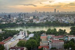Vue aérienne d'horizon du lac Hoan Kiem ou du Ho Guom, secteur de lac sword au crépuscule Hoan Kiem est centre de ville de Hanoï  Image stock