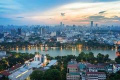 Vue aérienne d'horizon du lac Hoan Kiem ou du Ho Guom, secteur de lac sword au crépuscule Hoan Kiem est centre de ville de Hanoï  Image libre de droits