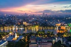 Vue aérienne d'horizon du lac Hoan Kiem ou du Ho Guom, secteur de lac sword au crépuscule Hoan Kiem est centre de ville de Hanoï  Photo libre de droits