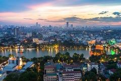 Vue aérienne d'horizon du lac Hoan Kiem ou du Ho Guom, secteur de lac sword au crépuscule Hoan Kiem est centre de ville de Hanoï  Photographie stock libre de droits