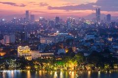 Vue aérienne d'horizon du lac Hoan Kiem ou du Ho Guom, secteur de lac sword au crépuscule Hoan Kiem est centre de ville de Hanoï  Images stock