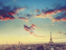 Vue aérienne d'horizon et de Tour Eiffel de Paris avec le nuage sous la forme de coeur, France Concept d'affaires, d'amour et de  Photo stock