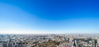Vue aérienne d'horizon moderne panoramique de ville sous le ciel bleu à Tokyo, Japon photo libre de droits
