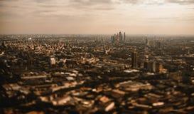 Vue aérienne d'inclinaison-décalage foncé de groupe de gratte-ciel de ville de Moscou image libre de droits