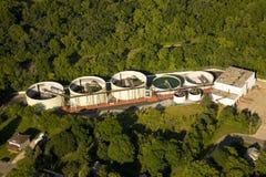 Vue aérienne d'installation de traitement d'eaux résiduaires images libres de droits