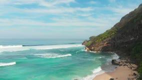 Vue aérienne d'océan de cap et de turquoise avec des vagues en plage tropicale banque de vidéos