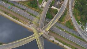 Vue aérienne d'Octavio Frias de Oliveira Bridge, un point de repère à Sao Paulo, la plus grande ville au Brésil banque de vidéos