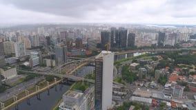 Vue aérienne d'Octavio Frias de Oliveira Bridge, un point de repère à Sao Paulo, la plus grande ville au Brésil clips vidéos