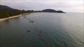 Vue aérienne d'oeil du ` s d'oiseau de la côte avec le roulement de bateau sur la mer banque de vidéos