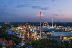 Vue aérienne d'Oktoberfest pendant le coucher du soleil, Munich, Allemagne Image stock