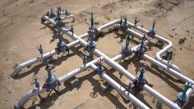 Vue aérienne d'un équipement de pétrole et de gaz, des valves et des canalisations banque de vidéos