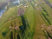 Vue aérienne d'un beau golf vert image stock