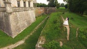 Vue aérienne d'un beau jeune couple au château 4K banque de vidéos