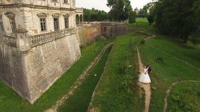 Vue aérienne d'un beau jeune couple se tenant au château 4K banque de vidéos