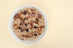 Farine d'avoine avec les raisins secs et le sirop d'érable Photographie stock libre de droits