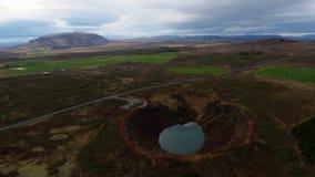Vue aérienne d'un cratère de volcan en Islande clips vidéos
